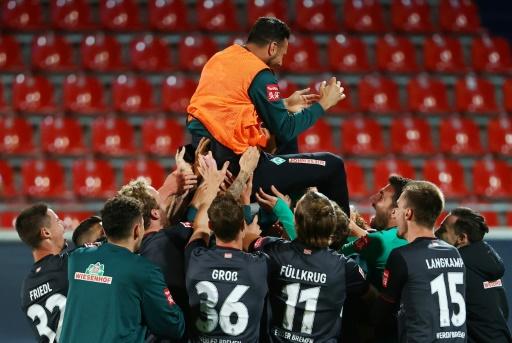 Técnico del Werder se excusa por haber dejado a Pizarro en el banquillo en su despedida