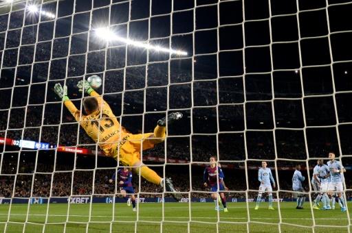 Un triplete de Messi permite al Barcelona mantener el liderato